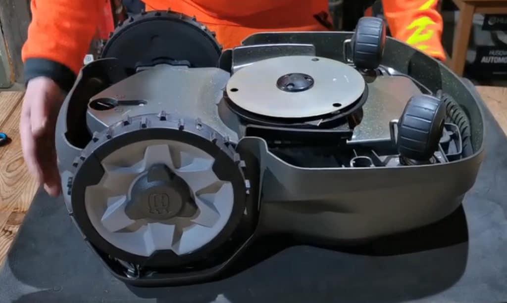 Comment nettoyer un robot tondeuse Husqvarna